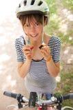 Vrouwelijke Fietser Vastmakende Riem van Veiligheidshelm stock foto's
