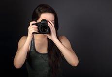 Vrouwelijke foto in toevallige kledingsholding camera en het maken van t Stock Foto's