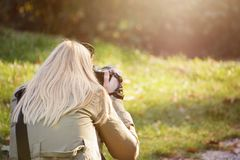 Vrouwelijke fotograaf die in openlucht met haar dslr schieten Fotografie, creativiteit en hobbyconcept royalty-vrije stock afbeelding