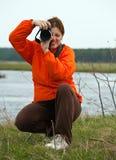Vrouwelijke fotograaf tegen aard Royalty-vrije Stock Afbeelding
