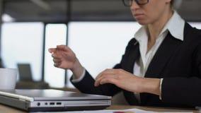Vrouwelijke geërgerde werknemer het werken aan laptop, zenuwinstorting in zware baan stock videobeelden