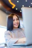 Vrouwelijke Gebruikende Laptop Royalty-vrije Stock Afbeeldingen