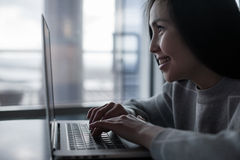Vrouwelijke Gebruikende Laptop Stock Fotografie