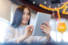 Vrouwelijke gebruikende tablet Stock Fotografie