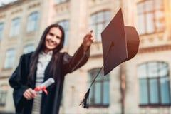 Vrouwelijke gediplomeerde dichtbij universiteit stock foto