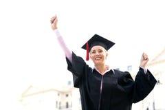 Vrouwelijke gediplomeerde die vuisten dichtklemt Royalty-vrije Stock Afbeeldingen