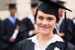 Vrouwelijke gediplomeerde graduatie stock foto