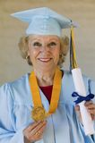 Vrouwelijke Gediplomeerde met Medaille en Certificaat Stock Fotografie