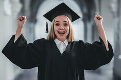Vrouwelijke gediplomeerde op universiteit stock afbeeldingen