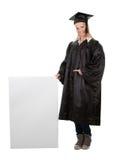 Vrouwelijke gediplomeerde student die lege raad voorstelt stock fotografie