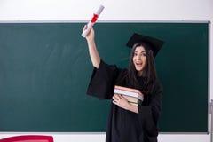 Vrouwelijke gediplomeerde student voor groene raad royalty-vrije stock fotografie