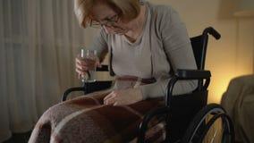 Vrouwelijke geduldige lijdende alzheimersziekte, die wanhopige geneeskunde proberen te nemen, stock video