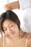 Vrouwelijke geduldige ontvangende schoudermassage Royalty-vrije Stock Afbeelding
