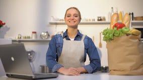 Vrouwelijke gelukkig met aankoop van kruidenierswinkels over Internet, de online dienst van de voedselorde stock videobeelden