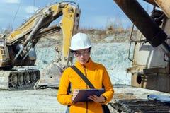 Vrouwelijke geoloog of mijnbouwingenieur op het werk stock foto's
