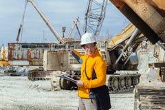 Vrouwelijke geoloog of mijnbouwingenieur op het werk royalty-vrije stock foto