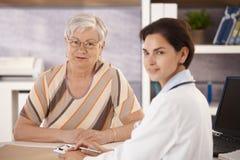 Vrouwelijke gepensioneerde op artsenkantoor Royalty-vrije Stock Foto
