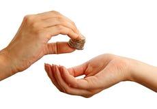 Vrouwelijke gevende stapel muntstukken aan een andere persoon stock foto's