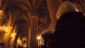 Vrouwelijke gids binnen Notre-Dame de Pariskathedraal stock video