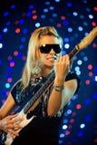 Vrouwelijke gitaarspeler Stock Foto's