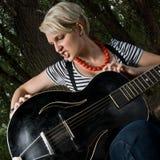 Vrouwelijke gitarist in openlucht Stock Afbeelding