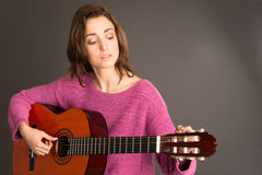 Vrouwelijke gitarist stemmende gitaar Stock Fotografie