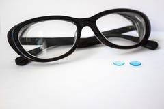 Vrouwelijke glazen en contactlenzen Stock Foto's