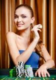 Vrouwelijke gokker bij de het spelen lijst royalty-vrije stock foto