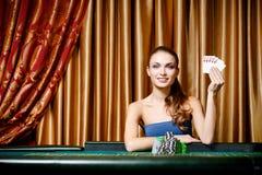 Vrouwelijke gokker bij de pooklijst stock afbeelding