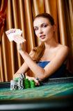 Vrouwelijke gokker bij de pooklijst met kaarten en spaanders stock fotografie