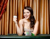 Vrouwelijke gokker bij de roulettelijst met spaanders Stock Fotografie