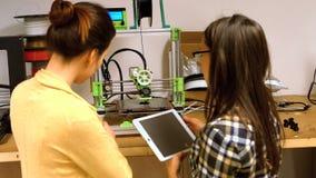Vrouwelijke grafische ontwerper twee die over digitale tablet op elkaar inwerken stock videobeelden
