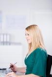 Vrouwelijke Grafische Ontwerper Using Tablet Stock Afbeelding