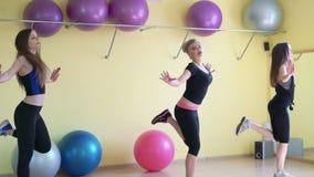 Vrouwelijke groep die aerobics in een licht gymnastiek 4k doen stock video