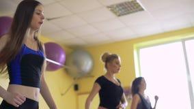 Vrouwelijke groep die aerobics in een moderne gymnastiek 4k doen stock video