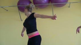 Vrouwelijke groep met opleiding het doen aerobics in een moderne gymnastiek 4k stock footage