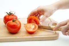 Vrouwelijke hakkende tomaten royalty-vrije stock afbeeldingen