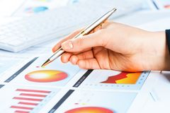 Vrouwelijke hand die aan de financiële de groeigrafiek richt Stock Foto