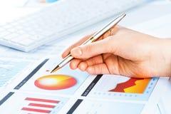 Vrouwelijke hand die aan de financiële de groeigrafiek richt Royalty-vrije Stock Fotografie