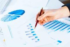 Vrouwelijke hand die aan de financiële de groeigrafiek richt Stock Afbeeldingen