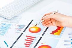 Vrouwelijke hand die aan de financiële de groeigrafiek richt Stock Afbeelding