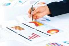 Vrouwelijke hand die aan de financiële de groeigrafiek richten Stock Afbeeldingen
