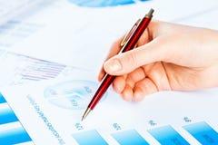 Vrouwelijke hand die aan de financiële de groeigrafiek richten Stock Afbeelding
