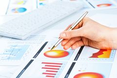 Vrouwelijke hand die aan de financiële de groeigrafiek richten Royalty-vrije Stock Foto's