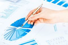 Vrouwelijke hand die aan de financiële de groeigrafiek richten Stock Foto's