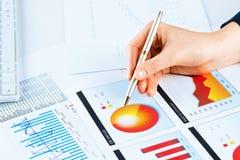 Vrouwelijke hand die aan de financiële de groeigrafiek richten Stock Fotografie