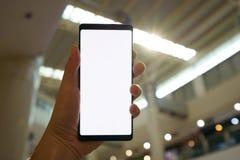 Vrouwelijke hand die de smartphonezwarte houden Stock Afbeelding