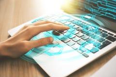 Vrouwelijke hand die digitale laptop met behulp van Royalty-vrije Stock Afbeelding
