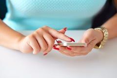 Vrouwelijke hand die een celtelefoon houden Stock Afbeelding