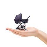 Vrouwelijke hand die een kinderwagen houdt Stock Afbeeldingen